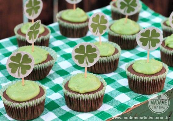 Cupcake de Chocolate com cobertura de abacate e cream cheese - Receita de cobertura saudável - Lucky cupcake for St. Patrick's Day