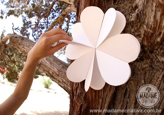How to make 8 hearts paper flowers - DIY tutorial - Como fazer flores de Papel com 8 corações - Passo a Passo - #diy #paperflower #tutorial #hearts #papercrafts #wedding #diywedding #weddingdecor - Madame Criativa