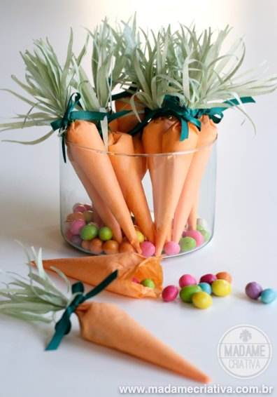Paper carrots filled with candies - Easy and cute DIY project for easter! - Lembrancinha de cenoura com doces - Artesanato fácil para páscoa! - #easter #pascoa #Páscoa #paper #papel #cenoura #carrot