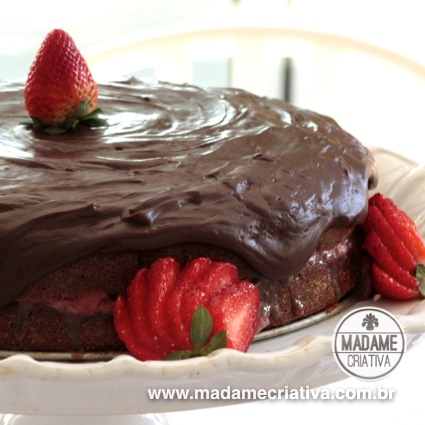 Receita Bolo de Chocolate com Morango - Dicas de como fazer -How to make chocolate cake with strawberries Recipe - DIY - Madame Criativa - www.madamecriativa.com.br