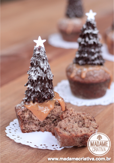 Cupcake de tâmaras decorado com árvore de Natal de cone com recheio de doce de leite e ganache de chocolate amargo - Sticky dates cupcake decorated with Christmas tree made of cone, dulce de leche and chocolate ganache